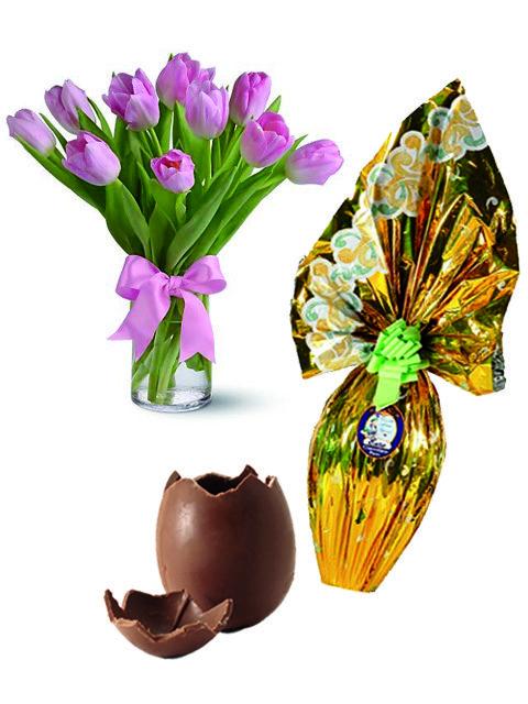 uovo di pasqua abbinato a un bouquet di tulipani rosa