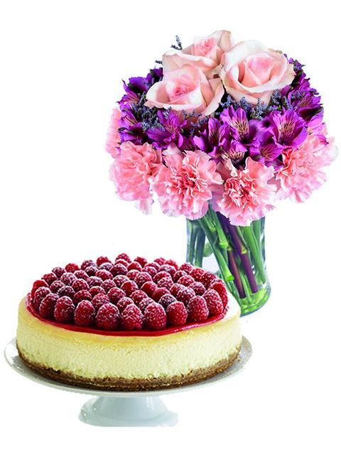 Rose e alstroemerie con torta cheesecake.