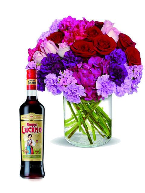 Rose e fiori fuxia con Amaro Lucano