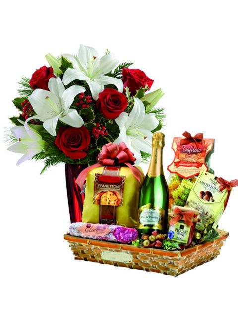 cesto natalizio con rose rosse e lilium